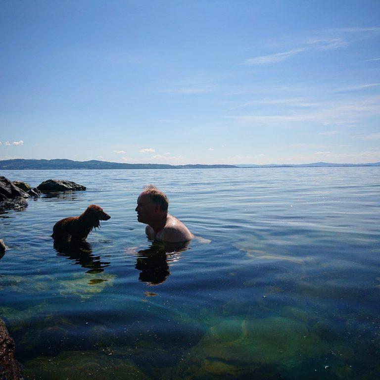 Et avkjølende bad i fjorden frister på slike dager